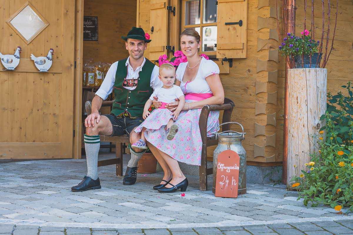 Familie Lautenbacher vor dem Hofladen